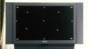在有电视的办公室供以人员代理 场面 成功的人在有平面屏幕电视色度钥匙的办公室 影视素材