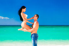 在有的爱的美好的年轻夫妇在海的假日。 图库摄影