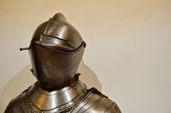 在有盔甲和遮阳的铁银色强的金属装甲束缚的中世纪坚强的骑士战士 免版税库存照片