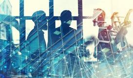 在有网络连接作用的办公室的商人 配合和合作的概念 双 库存图片