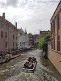 在有老大厦的布鲁日浇灌运河旅行 库存图片