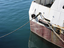 在有草稿标度编号的船标记的水线 库存照片