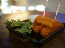 在有菜的板材射击的乳酪棍子为装饰,声浪 图库摄影
