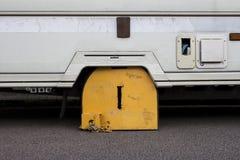 在有蓬卡车的车轮固定夹 库存照片