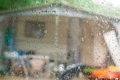 在有蓬卡车的雨天 免版税库存图片
