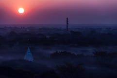 在有薄雾和有雾的Bagan寺庙的日出  图库摄影