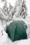 在有薄雾的冬天横向的雪埋没的帐篷 库存图片