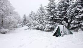 在有薄雾的冬天横向的雪埋没的帐篷 图库摄影