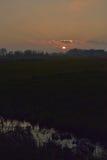 在有薄雾的富兰德flieds的难以置信的日落 免版税库存图片