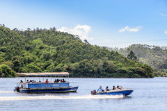 在有薄雾的湖的划船在Munnar, 免版税库存图片