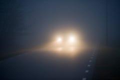 在有薄雾的路的汽车 图库摄影