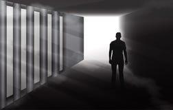 在有薄雾的隧道的神奇人剪影 库存图片
