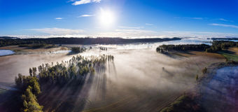 在有薄雾的领域和湖的鸟瞰图在早晨 图库摄影