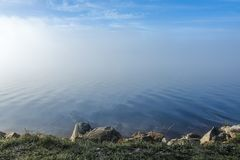 在有薄雾的风景的软的波纹 免版税库存图片