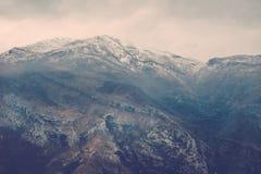 在有薄雾的montain岩石的看法在北部的Moraca河峡谷 免版税库存照片