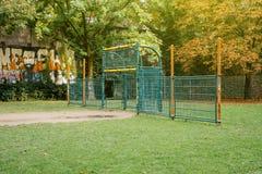 在有街道画的绿色公园炫耀橄榄球门 库存照片
