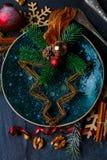 在有表面的板材上是一棵创造性的圣诞树 在视图之上 特写镜头 户内 免版税库存图片