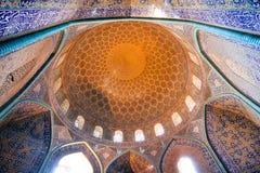 在有铺磁砖的圆顶的意想不到的被设计的清真寺和墙壁里面在伊朗 图库摄影