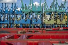 在有阳光和小春天云彩的卡车拖车后被堆积的卷轴的许多运输 库存照片
