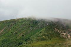 在有雾的云彩的山Hoverla 免版税库存照片