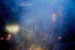 在有雾的夜期间,纽约都市风景 免版税库存照片