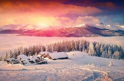 在有雾的山的五颜六色的冬天日出 免版税库存照片