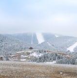 在有雾的山的美好的白色多雪的冬天 免版税库存照片