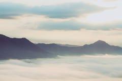 在有雾的山谷,泰国的日出 库存照片