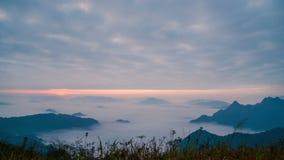 在有雾的日出在与云彩的山,时间间隔 股票录像