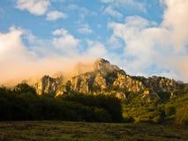 在有雾的日出的岩石峰顶,在苏瓦Planina山的迁徙的道路 免版税库存照片