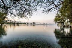 在有雾的日出的Lago二波斯塔菲布雷诺, Ciociaria,意大利 免版税库存照片