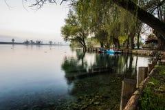 在有雾的日出的Lago二波斯塔菲布雷诺, Ciociaria,意大利 免版税库存图片