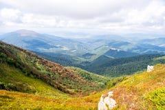在有雾的晴朗的山的小山 小山风景风景在阳光下与云彩 旅行和旅行癖概念 免版税库存照片