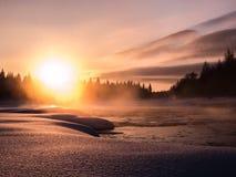 在有雾的河的日落 免版税图库摄影