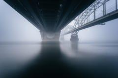 在有雾的河的桥梁 库存照片