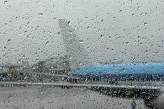 在有雾的玻璃之后的飞机 免版税库存照片