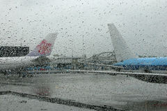 在有雾的玻璃之后的飞机 库存照片