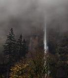 在有雾的薄雾的瀑布 免版税图库摄影