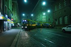 在有雾的街道的电车 免版税库存照片