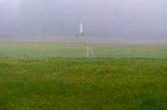 在有雾的领域的篮球 免版税库存照片