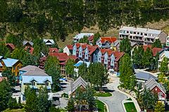 在有顶饰小山科罗拉多附近的镇 免版税库存照片