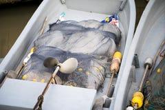 在有鱼网的小船里面 免版税库存照片