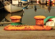 在有绳索的小钓鱼海港金属化系船柱并且束缚 免版税库存照片