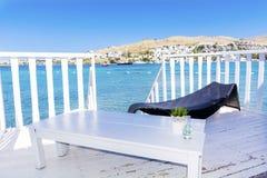 在有sunbed的水木平房和在海视图的桌 免版税图库摄影