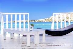 在有sunbed的水木平房和在海视图的桌 图库摄影