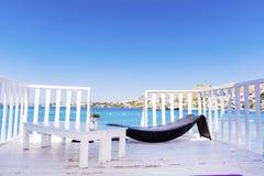 在有sunbed的水木平房在海视图 免版税库存照片