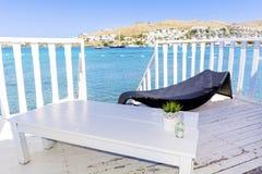 在有sunbed的水木平房在海视图 库存图片