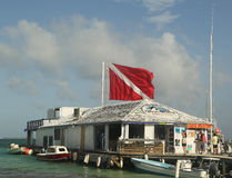 在朋友Del Mar的小船在圣佩德罗火山,伯利兹靠码头 库存图片