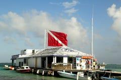 在朋友Del Mar的小船在圣佩德罗火山,伯利兹靠码头 免版税库存图片