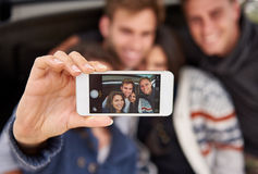 在朋友selfie的照相机电话的面貌识别 免版税库存图片